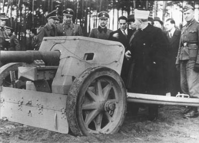 Haj_Amin_el-Husseini_examining_a_SS_13th_Division_anti-tank_cannon_1