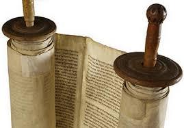 Y les dijo: Esto es lo que yo os decía cuando todavía estaba con vosotros: que era necesario que se cumpliera todo lo que sobre mí está escrito en la ley de Moisés, en los profetas y en los salmos.(Lucas 24:44) Cuando Jesús menciona Moisés,, profetas y salmos esta mencionando las escrituras,lógicamentenohabíanuevo testamento, era lo que se llamaba el TANAJ que comprendia Tora, Profetas y Escritos.